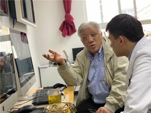 郎锦义指导医生画图_副本.jpg