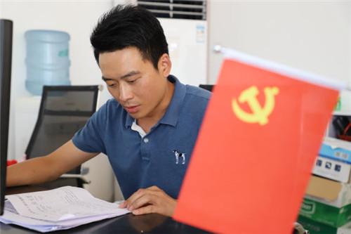 张雄正在学习.jpg