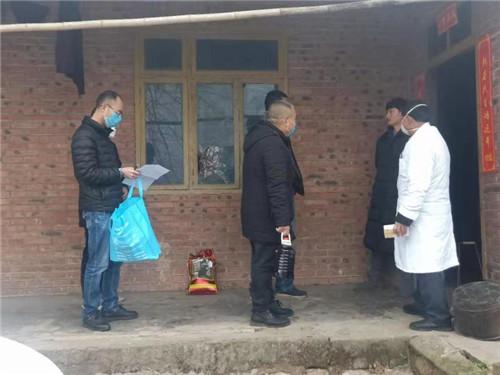 杨场镇为居家隔离群众送去生活物资、上门测量体温.jpg