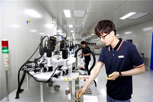 四川明德亨电子科技有限公司员工在流水线上操作精密仪器 王超明 摄2.jpg