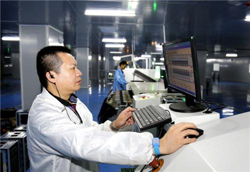 四川凝彩电子器件制造有限公司管理人员查看设备运行情况 王超明摄.jpg